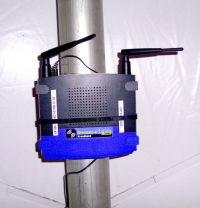 Une borne Wifi Linksys dans un chapiteau